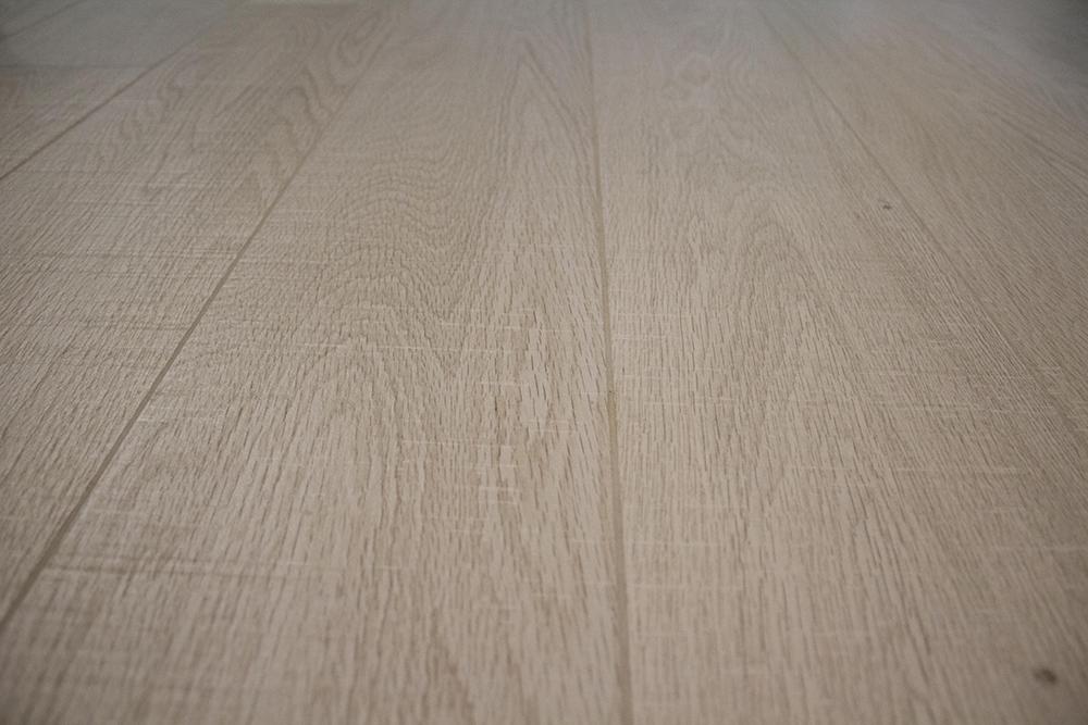 Il pavimento effetto legno in rovere sbiancato
